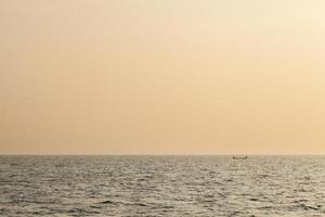 kleines Fischerboot bei Sonnenaufgang