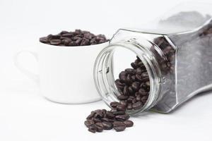 Tasse mit Kaffeebohnen auf weißem Hintergrund