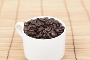 Tasse Kaffeebohnen auf dem Tisch