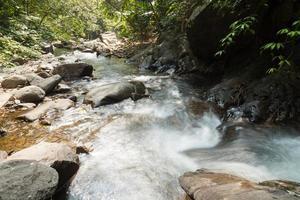 Fluss und Felsen am Berg