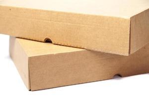 braune Papierboxen auf weißem Hintergrund