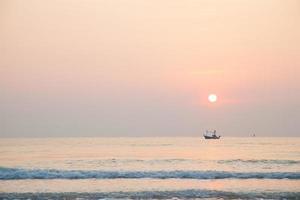 Fischerboot auf dem Meer bei Sonnenaufgang