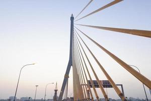 Rama VII Brücke in Bangkok bei Sonnenaufgang