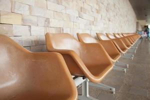 braune Plastikstühle im öffentlichen Bereich foto