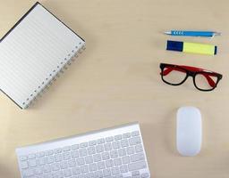 Draufsicht auf organisierten Schreibtisch