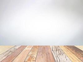 Holztisch auf grauem Hintergrund foto