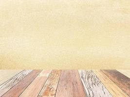 Holztisch gegen beigen Hintergrund foto