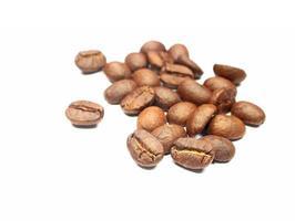Nahaufnahme von Kaffeebohnen auf Weiß