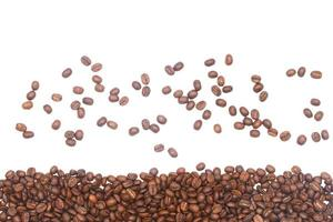 verstreute und gestapelte Kaffeebohnen