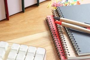 Arbeitsbereich mit Notizbüchern und Stiften
