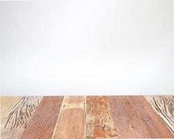 rustikaler Holztisch auf grauem Hintergrund foto