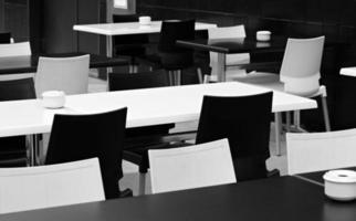 schwarz-weißer Tisch und Stühle