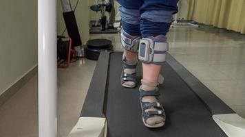 Kind geht mit Fußtropfensystem