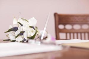 Hochzeitsstrauß auf dem Tisch foto