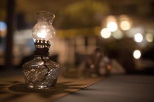 antike Öllampe auf dem Tisch foto