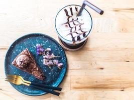 schöner Schokoladenkuchen auf blauem Teller foto