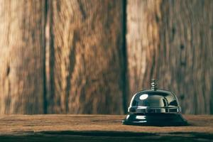 Serviceglocke auf rustikalem Hintergrund foto