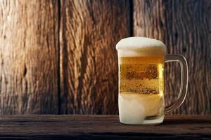 Bier im Becher auf dem Tisch foto