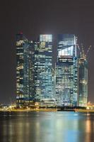 Gebäude von Singapur in der Nacht foto