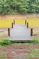 Holzsteg am Fluss foto