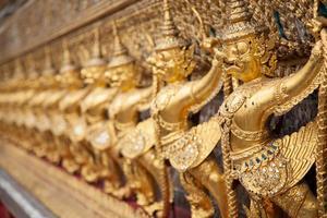 Statuen auf einem Tempel in Thailand