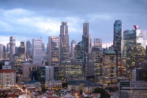 Gebäude von Singapur Stadt in der Nacht foto