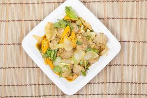 gebratenes Schweinefleischcurry auf weißem Teller