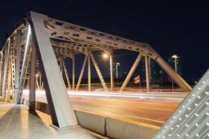 Verkehr auf der Brücke in der Nacht foto