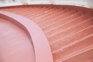 die Treppe hinuntergehen.