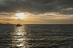 Schiff auf dem Meer bei Sonnenuntergang foto