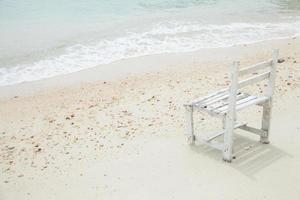 weißer Holzstuhl am Meer foto