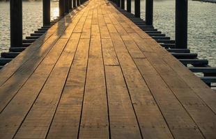 Holzbrücke am Meer foto