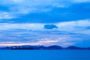 Frachtschiff bei Sonnenuntergang foto