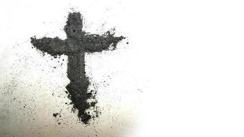 Kreuz aus Asche auf weißem Hintergrund foto