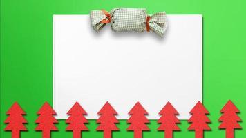 Weihnachtsbaumausschnitte mit Süßigkeiten und weißem Papier für Weihnachtshintergrund