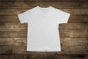 weißes T-Shirt auf Holzhintergrund für Modellschablone