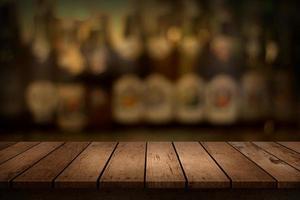 Holztischplatte für Anzeige mit unscharfem Restauranthintergrund foto