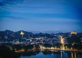 Luftaufnahme von Stadt und Wasser bei Nacht