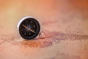 Kompass auf einer Vintage-Karte