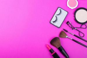 Draufsicht auf eine Sammlung kosmetischer Schönheitsprodukte, die um eine Leerstelle angeordnet sind foto