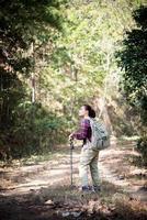 weibliche Reisende mit Rucksack auf schöner Sommerlandschaft foto
