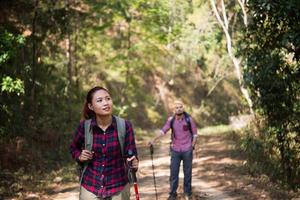 Backpacker paar wandern zusammen foto