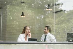 glückliche Kollegen treffen sich im Büro