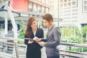 Geschäftskollegen vor dem Büro stehen foto