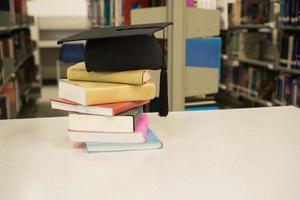 ein Mörtelbrett auf Büchern gestapelt foto