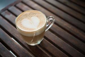 Nahaufnahme der Cappuccino-Tasse mit herzförmigem Milchmuster