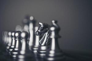 König und Ritter Schachaufbau auf dunklem Hintergrund
