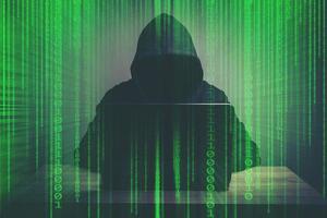 junger Hacker, der hart an der Lösung des Online-Passwortcode-Konzepts arbeitet foto
