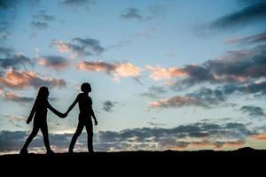 Silhouette eines Paares zusammen gegen schönen Sonnenuntergang