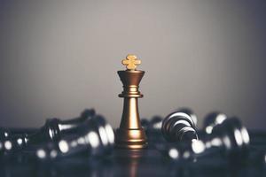 König und Ritter Schachaufbau auf dunklem Hintergrund foto